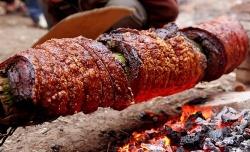 Kẹo dồi và thịt quay đòn món ăn dân dã không thể bỏ qua khi đến với Đường Lâm