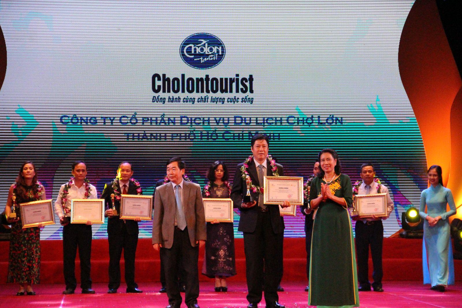 Thứ trưởng Đặng Thị Bích Liên và Phó Chủ nhiệm Ủy ban Văn hóa, Giáo dục, Thanh niên, Thiếu niên và Nhi đồng của Quốc hội Nguyễn Văn Tuyết trao tặng giải thưởng Doanh nghiệp kinh doanh lữ hành nội địa hàng đầu Việt Nam năm 2017