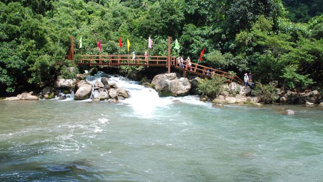 """Suối nước khoáng nóng Kênh Gà Ninh Bình - Tour du lịch miền bắc 4 ngày 3 đêm ngắm """"Đảo đầu lâu"""" Kinhkong bằng thủy phi cơ"""
