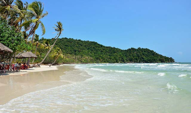 Du lịch Phú Quốc được biết tới với những bãi cát trắng trải dài, làn nước xanh như ngọc bích và thiên nhiên xanh mát.